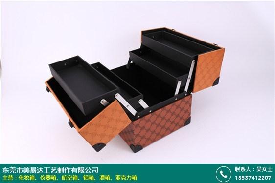 現代拉桿化妝箱的圖片