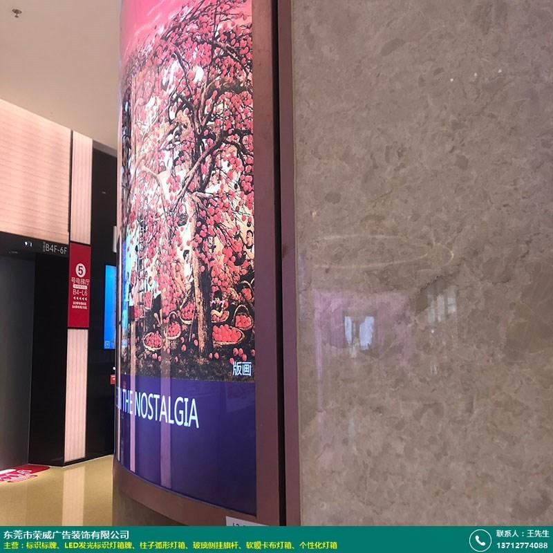 柱子弧形燈箱的圖片